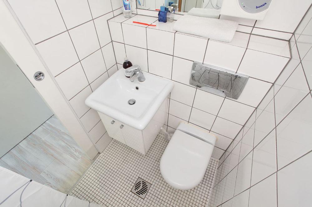 tiny-house-bathroom-140-sq-ft-hanczar