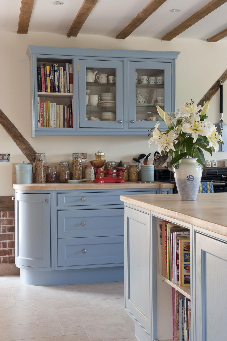country-kitchen-shaker-cabinet-ceiling-beams-jm-interiors