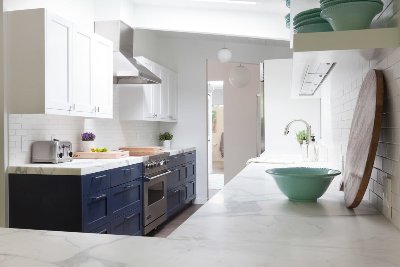farmhouse-kitchen-styles-with-marble-counters-homepolish
